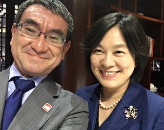 河野太郎外相と華春瑩報道官のツーショット