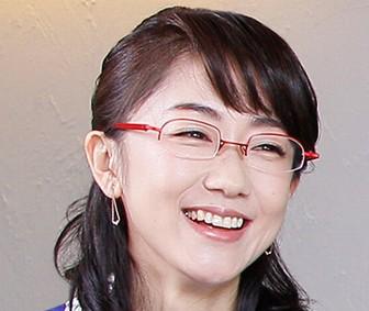 メガネをかけた唐橋ユミの目元