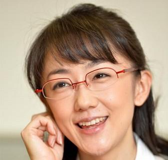 メガネをかけた唐橋ユミの口元