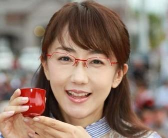 メガネをかけた唐橋ユミもかわいい