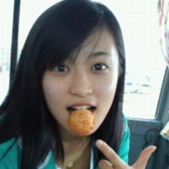 小島瑠璃子のすっぴんがかわいい!お菓子を食べている画像