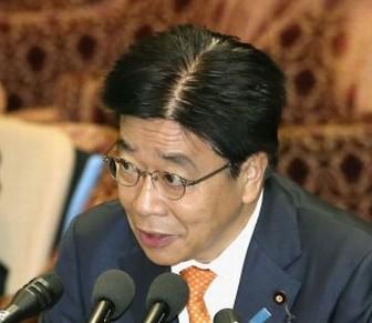 加藤勝信大臣はかつら?髪型と剛毛の分け目画像