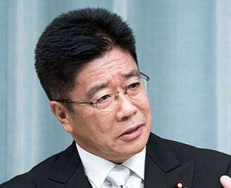 加藤勝信大臣はかつら?自然な髪型画像
