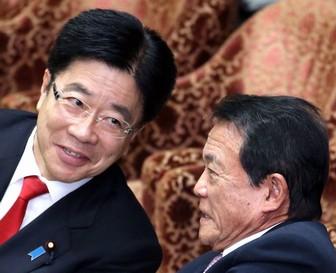 加藤勝信大臣はかつら?麻生氏と比べた画像