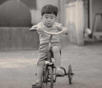 安倍晋三の子供時代の三輪車を乗っているかわいい画像