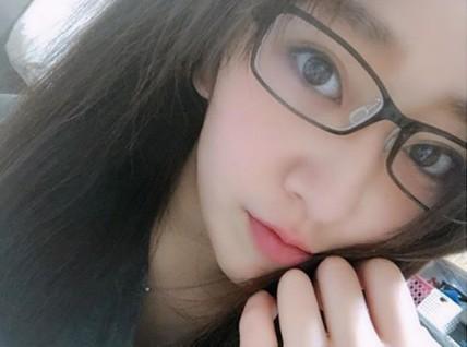 中冨杏子のかわいいメガネ画像