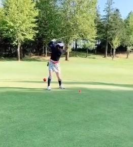 中冨杏子がゴルフをしているかわいい画像