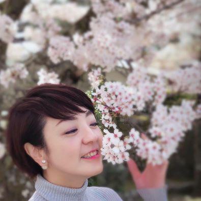 河井案里がが花の匂いをかいでいるかわいい画像