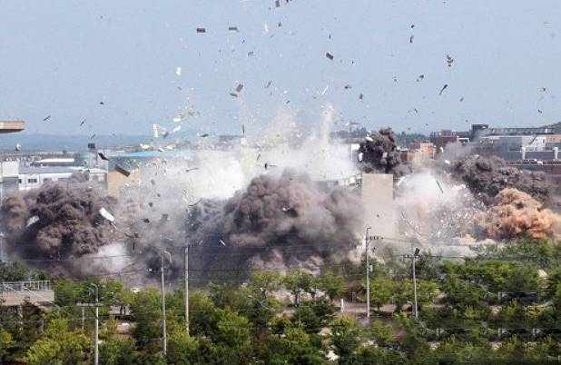 金与正・美脚女がブチ切れて建物を爆破した画像