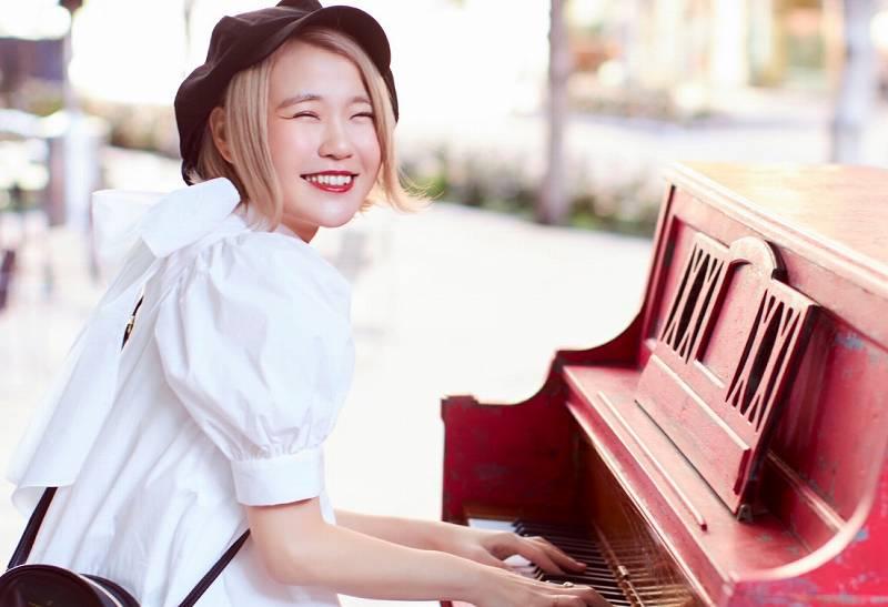 ストリートピアノを弾くかわいいハラミちゃん