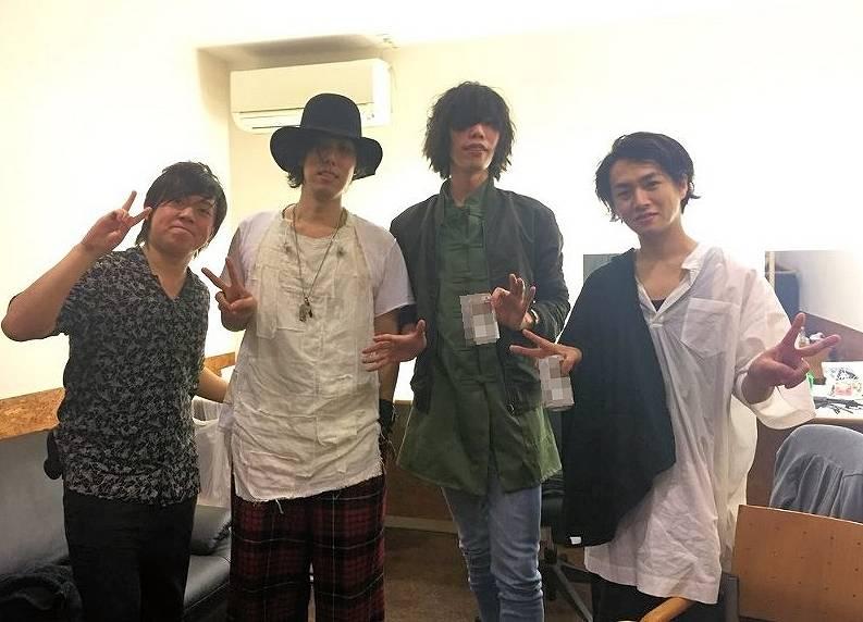 米津玄師と野田洋次郎のオフショット画像