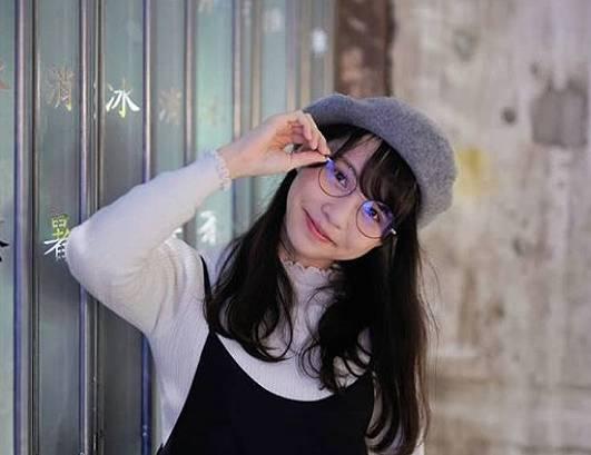 周庭,かわいい,メガネ画像1