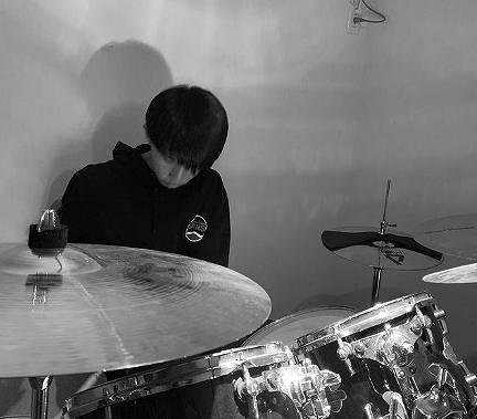 木本慎之介がドラムを叩く画像