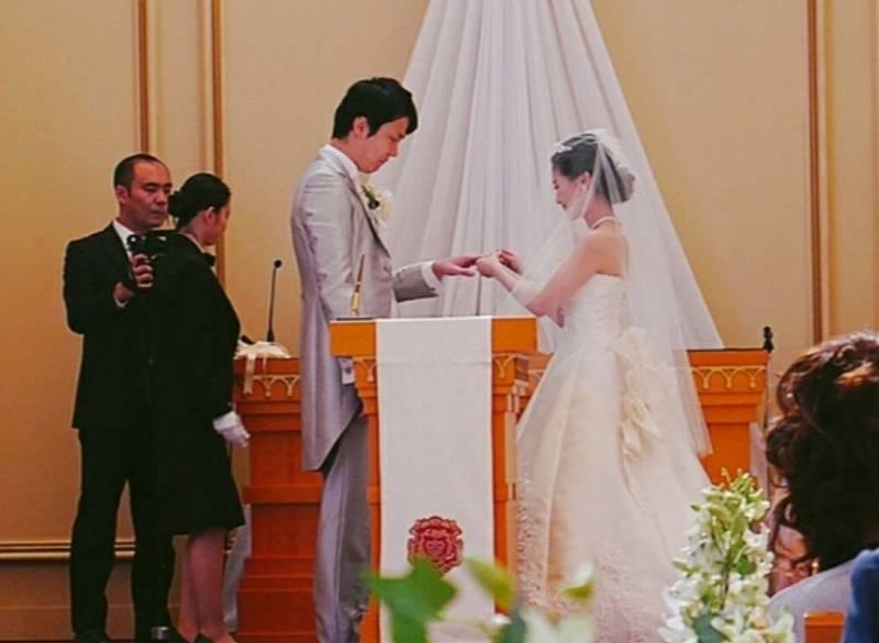 濱家と嫁の指輪の交換画像
