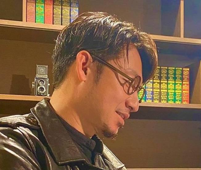 鳥谷敬・ツーブロックでメガネをかけた横顔画像