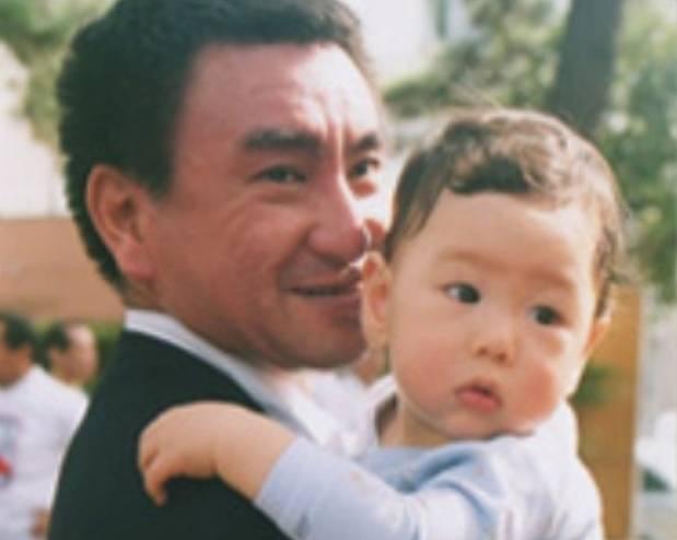 河野太郎と子供、一平とのツーショット画像