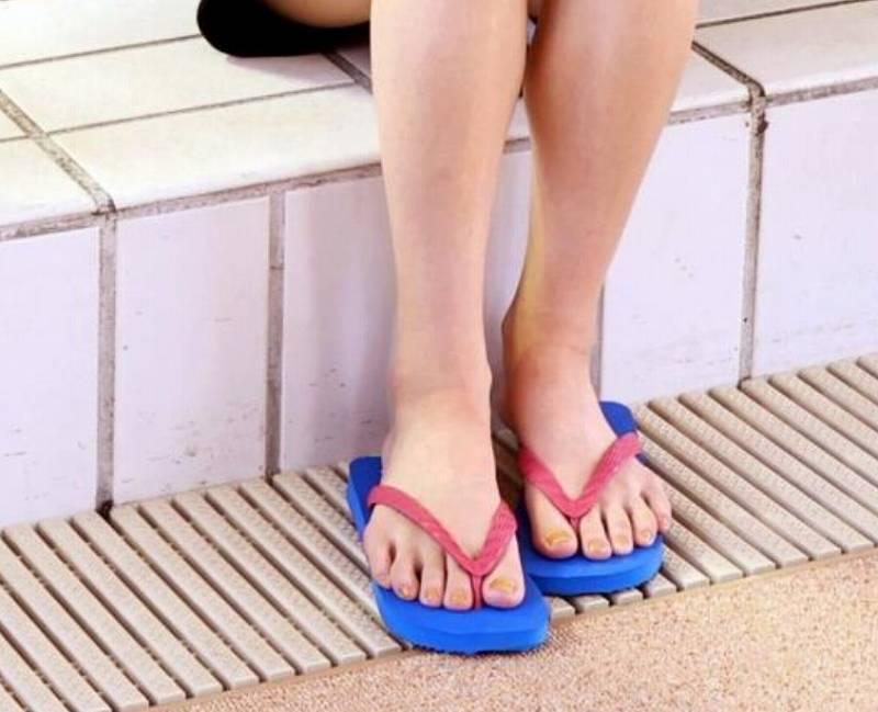 池江璃花子の足指画像