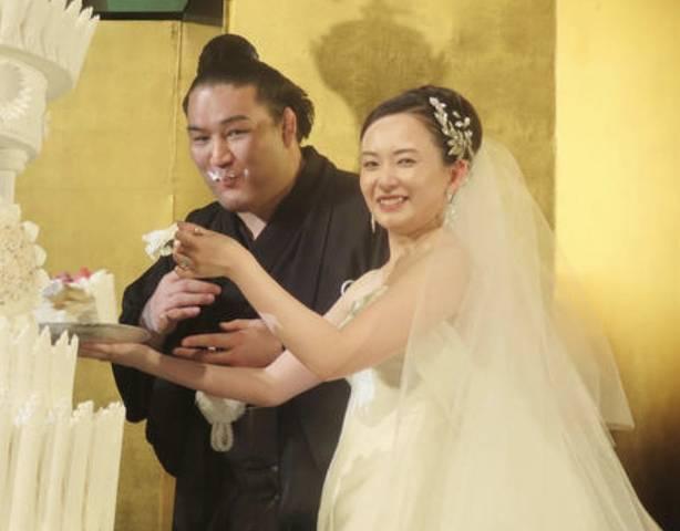 竜電の嫁のかわいいウェディングケーキ