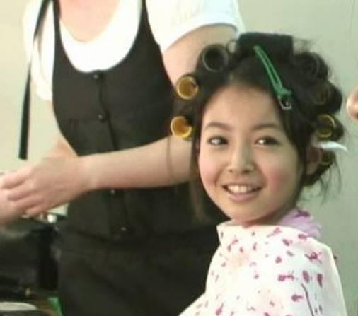 田辺桃子、昔の小学生のパーマ頭