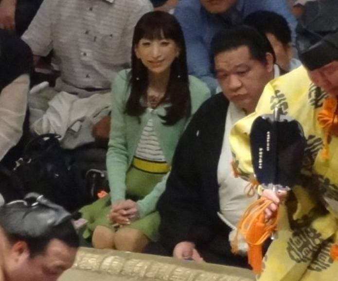 相撲前列の女性の美人なロングヘアー