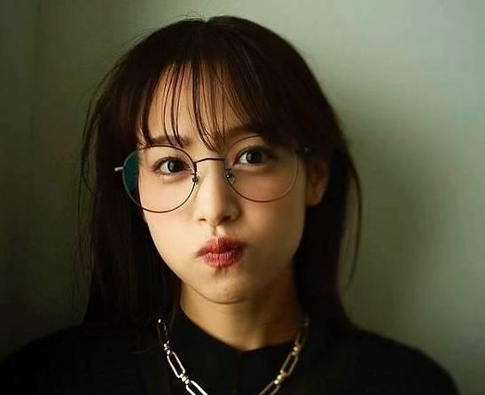 鷲見玲奈のメガネ顔がかわいい