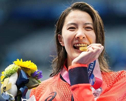 メダルを噛むのは、強さの象徴